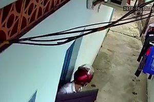 Clip: Thanh niên táo tợn cạy cửa, đột nhập vào phòng trọ trộm tivi