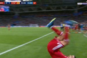 Cầu thủ Iran làm trò hề với pha santo ném biên hỏng ở phút bù giờ