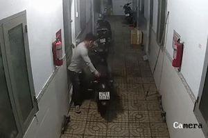 Tên trộm dắt xe Exciter giữa khu trọ đông người ở Sài Gòn