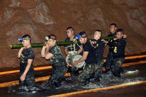Nhóm cứu hộ đội bóng Thái cũng đối mặt nguy cơ mắc kẹt