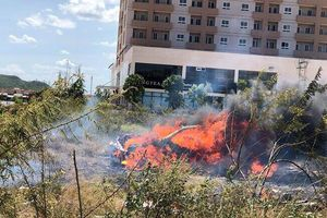 Ôtô Mercedes cháy trơ khung sau khi đâm phải đèn đường