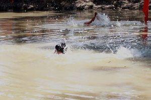 Trượt chân ngã xuống ao sâu, 2 bé trai chết đuối thương tâm