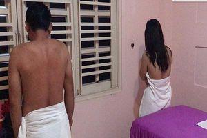 Phát hiện cơ sở massage có nữ tiếp viên thoát y 'tắm tiên' cùng khách