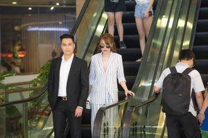 Sau ồn ào tình ái, Việt Anh lái xế hộp tiền tỷ chở Quế Vân đi xem phim