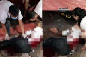 Giây phút nam thanh niên ngồi cùng bạn gái bị 2 đối tượng bịt mặt dùng dao và kiếm truy sát