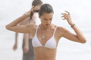 'Chân dài' Alessandra Ambrosio phô diễn đường cong hút mắt với bikini