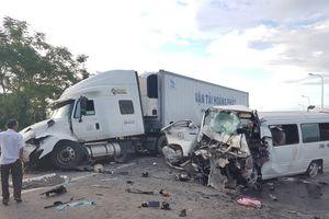 Xe rước dâu 16 chỗ va chạm xe đầu kéo, 13 người tử vong