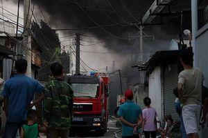 Sau tiếng nổ lớn, công ty hóa chất bốc cháy dữ dội