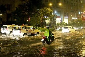 TP.HCM: Mưa lớn kéo dài, người dân chật vật di chuyển