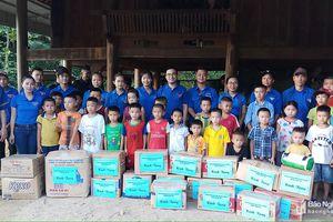 Tặng quà cho học sinh hoàn cảnh khó khăn ở Quế Phong