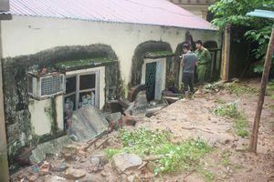 Mưa lớn gây sập tường, hở điện, 3 cảnh sát bảo vệ bị thương