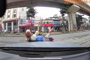Đi ngược chiều thiếu quan sát, hai mẹ con lao thẳng vào ô tô