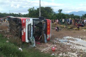 Xe khách giường nằm lật xuống ruộng, 50 hành khách thoát chết