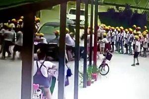 Cô giáo lái xe sang lao vào học sinh trước cổng trường