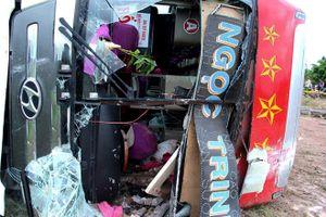 30 người kêu cứu trong chiếc xe giường nằm lật nghiêng ở Bình Định
