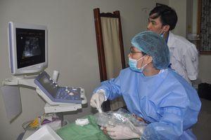 Bác sĩ tiêm cồn vào khối u bệnh nhân để điều trị