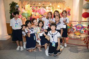 Á hậu Hoàng Oanh nhận đỡ đầu 10 trẻ mồ côi làng SOS