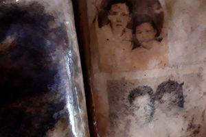Những tấm ảnh gia đình ngả màu thời gian trong hố chôn liệt sĩ tập thể