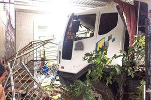 Xe tải tông liên tiếp 3 nhà dân, 4 người thoát chết