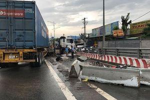 Xe container tông lật xe tải trên cầu vượt, Quốc lộ 1A tê liệt