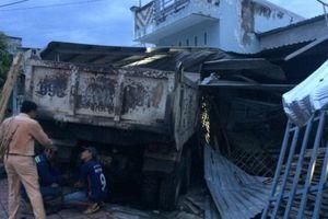 Xe tải mất lái tông liên tiếp 3 nhà dân