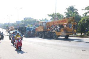 Xe container chở hàng chục tấn trái cây lật nghiêng trên cầu vượt Hòa Cầm