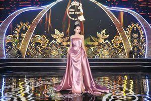 Hoa hậu Châu Ngọc Bích diện váy xẻ cao ngồi 'ghế nóng'