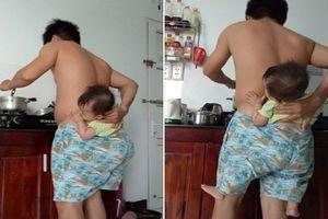 Cười ngất với độc chiêu vừa nấu ăn vừa 'ĐỊU CON TRONG QUẦN' của ông bố trẻ