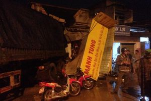 Đồng Nai: Xe container tông sập cửa hàng sửa xe máy, cuốn nhiều xe vào gầm