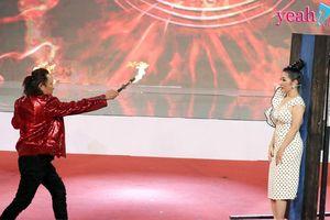Danh hài Thúy Nga sợ xanh mặt với thí sinh đổ sáp nóng lên mặt, bịt mắt phóng dao tại 'Kì tài lộ diện'