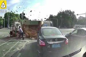Xe tải chở đất lật ngang ở ngã tư, cuốn phăng người đi đường