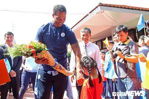 Hàng trăm em nhỏ Hà Nội chiêm ngưỡng cúp Ngoại Hạng Anh cùng sao Man City