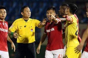 BLV Quang Huy nói li rut gan v trng tài V.League b còi hy hu