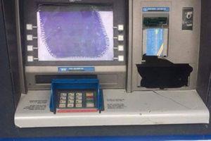 Đi rút tiền bị 'nuốt' thẻ, thanh niên giận dữ đập hỏng máy ATM
