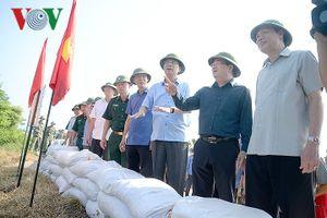 Phó Thủ tướng thị sát tuyến đê xung yếu và công tác ứng phó bão số 6