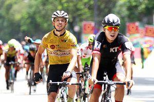 Áo vàng VTV Cup bỏ xe đạp đi… 'cứu người'