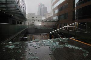 Kính chung cư vỡ vụn sau khi bão Mangkhut hoành hành ở Trung Quốc