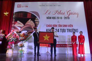 Trường ĐH Duy Tân vinh dự nhận cờ Tổ quốc của cán bộ, chiến sĩ đảo Phan Vinh tặng