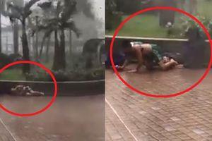 Siêu bão Mangkhut thổi bay 2 bố con ở Hong Kong