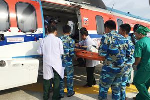Trực thăng đưa hai ngư dân gặp nạn trên vùng biển Trường Sa vào đất liền cứu chữa