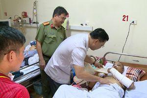 Giám đốc Công an tỉnh thăm, tặng quà cán bộ công an bị nạn khi trên đường đi giúp dân phòng chống lũ lụt