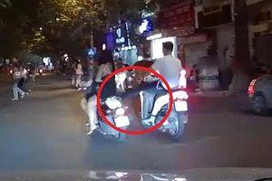 Clip: Nam thanh niên vô cớ giơ chân đạp cô gái đi xe máy