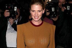 Siêu mẫu Lara Stone mắc lỗi trang phục khi dự tiệc của Victoria