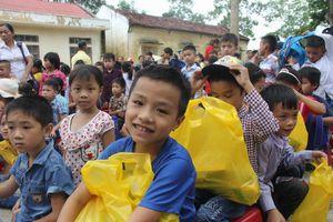 Đoàn Thanh niên Bộ GD&ĐT trao quà và học bổng cho học sinh vùng lũ Thanh Hóa