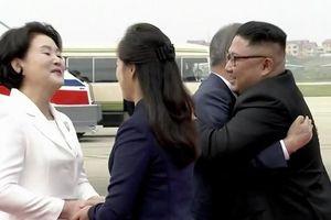 Ông Kim Jong-un ra tận sân bay, tay bắt mặt mừng đón Tổng thống Hàn