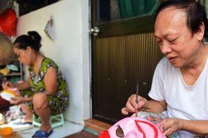 Tết Trung thu: Học làm mặt nạ giấy bồi từ nghệ nhân duy nhất phố cổ Hà Nội