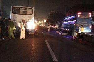 Leo dải phân cách băng ngang đường, người đàn ông bị xe khách tông tử vong