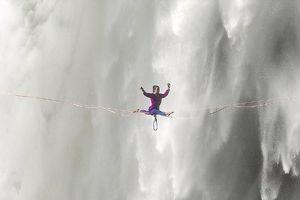 Hết hồn nhìn nghệ sĩ yoga biểu diễn trên dây vắt ngang thác nước