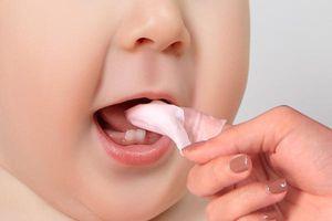 Mách mẹ cách rơ lưỡi sạch cho trẻ sơ sinh chỉ bằng 2 bước đơn giản