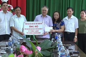 Đồng chí Mai Sỹ Diến, Phó Trưởng đoàn ĐBQH tỉnh thăm, tặng quà nhân dân vùng lũ huyện Quan Hóa